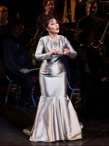 Elena Mosuc in concert. Dress by Doina Levintza.