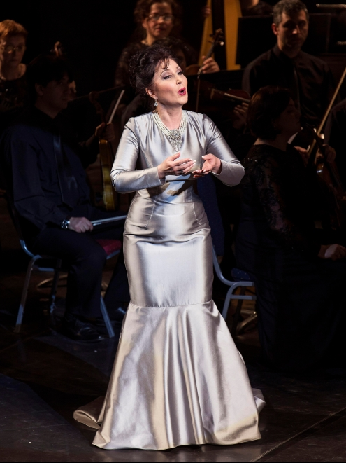 Elena Mosuc in concert. Dress by Doina Levintza.